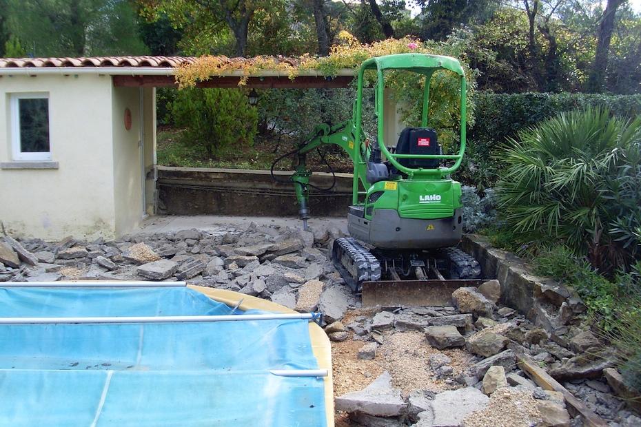 Omdat er nu geen gevaar meer voor beschadiging van het zwembad was kon het beton stuk gehakt worden