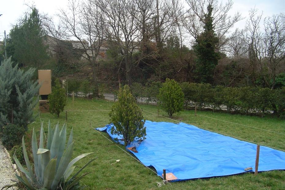Met een zeil bepaalden we de juiste plek in de tuin voor het zwembad