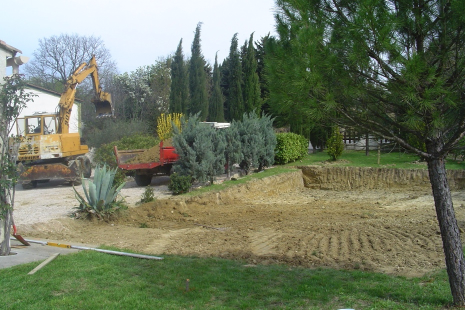 Daarna werd de plaats van het zwembad en terras vlak gemaakt