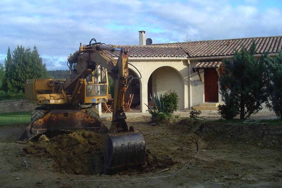 Op de vlakke grond werd het zwembad uitgezet en gegraven