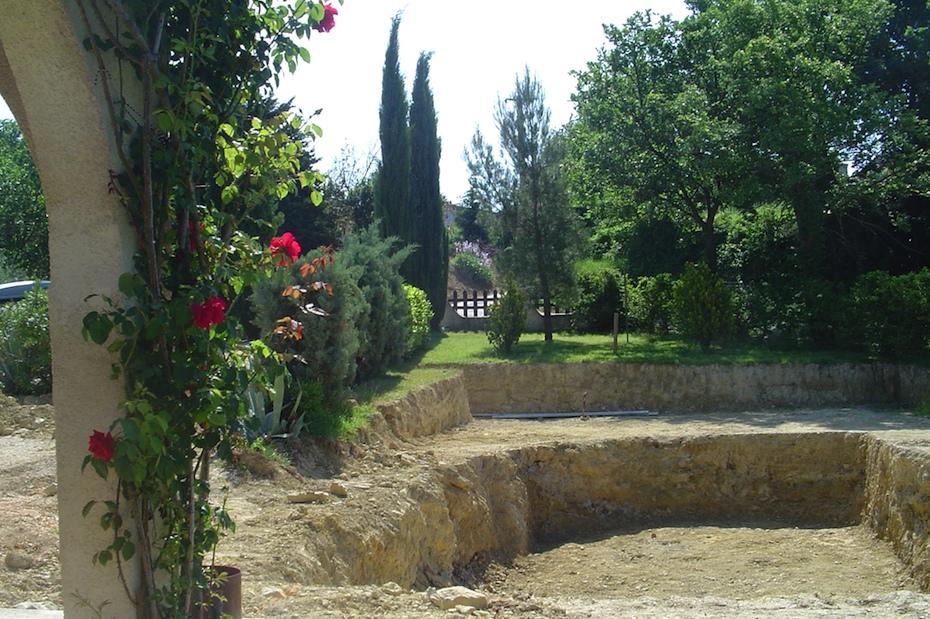 De vorm van het terras en zwembad zijn nu al duidelijk te zien