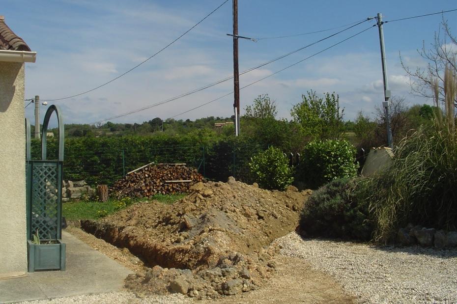 Om electra en water bij het zwembad te krijgen moesten enorme geulen door de tuin gegraven worden