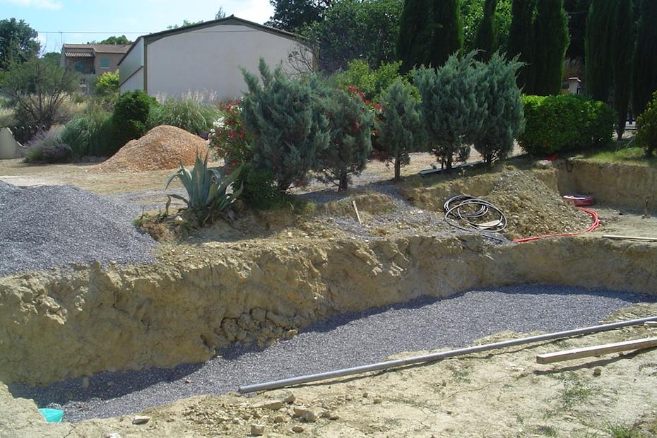 Met fijn grind wordt een stevige en vlakke ondergrond gemaakt waar het zwembad op komt te rusten