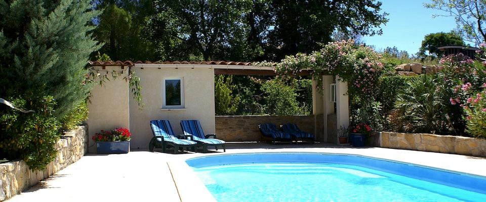 Zwembad met zonnebedden